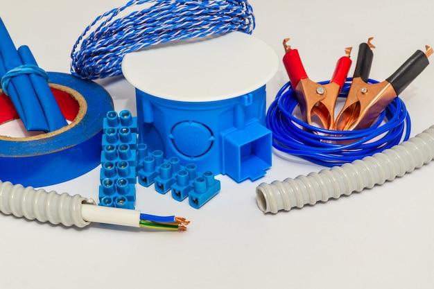 Комплект запасных частей для электрических, подготовленных перед ремонтом на сером фоне