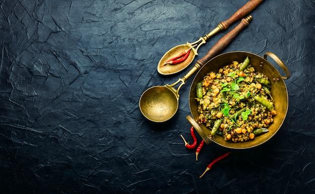 Китчари, острое вегетарианское блюдо, copy space