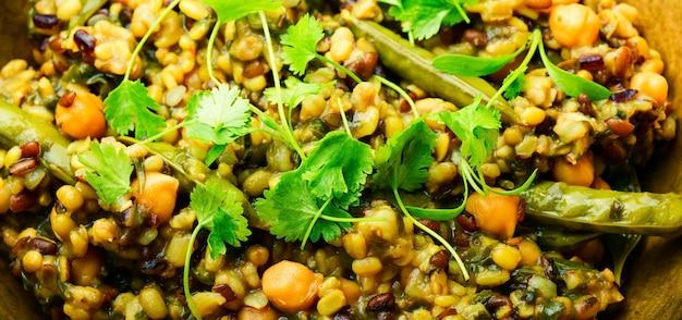 Китчари, острое вегетарианское блюдо, крупный план, макро,