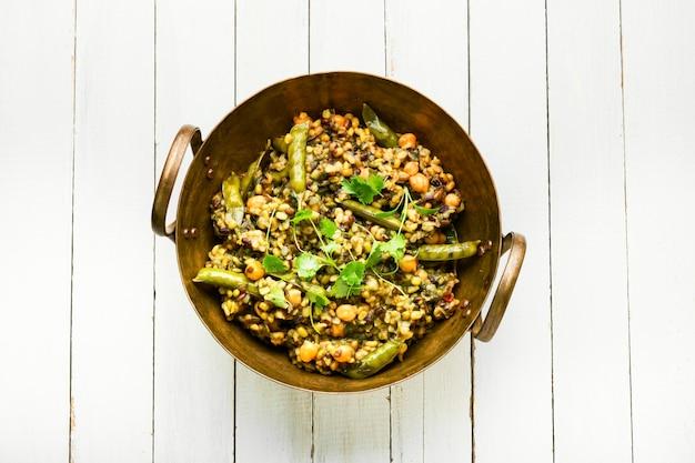 Китчари, тушеный рис с пюре и специями, обжаренный в масле. индийская кухня