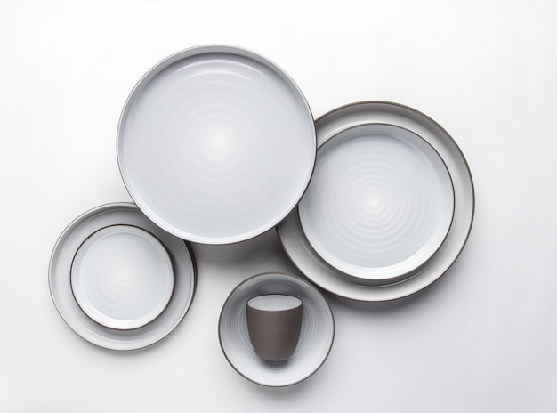 Посуда кухни и ресторана на белой предпосылке. вид сверху