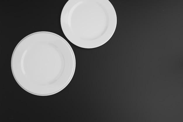 Кухонная и ресторанная посуда, тарелки, на темном фоне