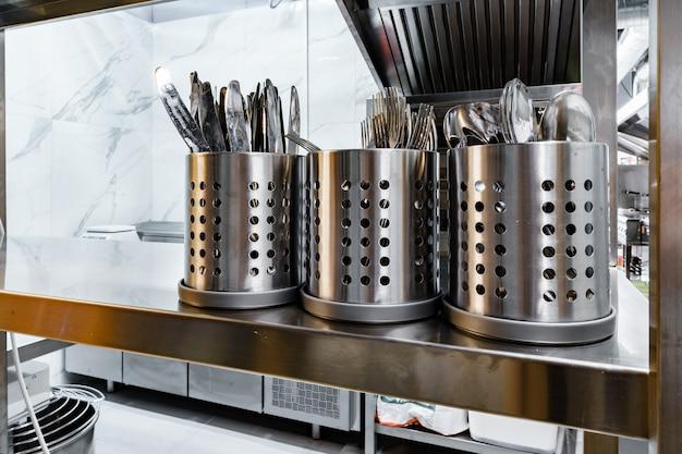 レストランのプロのキッチンのキッチン家電、誰も