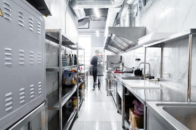 レストランのプロのキッチンのキッチン家電