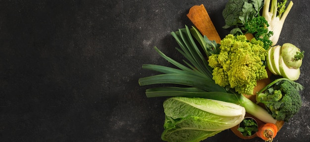 Кухонная доска со свежими овощами. вид сверху здоровой пищи