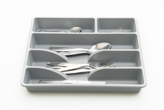 白い背景で隔離のスプーン、フォーク、ナイフのカトラリーとキッチンボックス