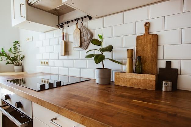 Кухня латунная посуда аксессуары шеф-повара висит кухня с белой плиткой стены