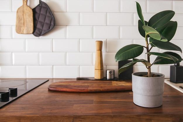 Кухонная посуда из латуни, поварские принадлежности.