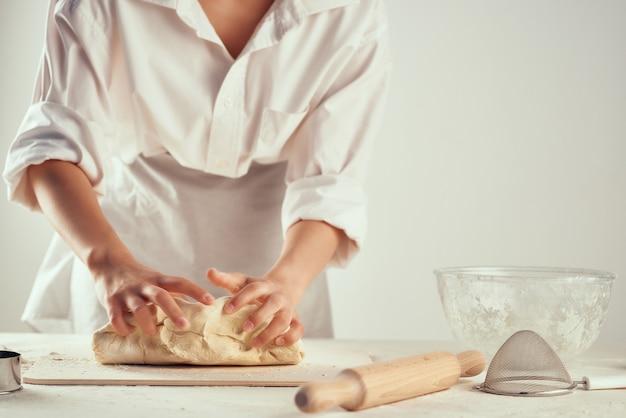Кухня шеф-повар замешивает тесто профессиональное домашнее задание выпечка