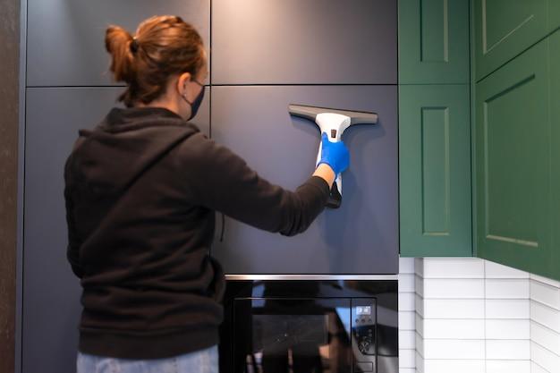 Процесс уборки кухни