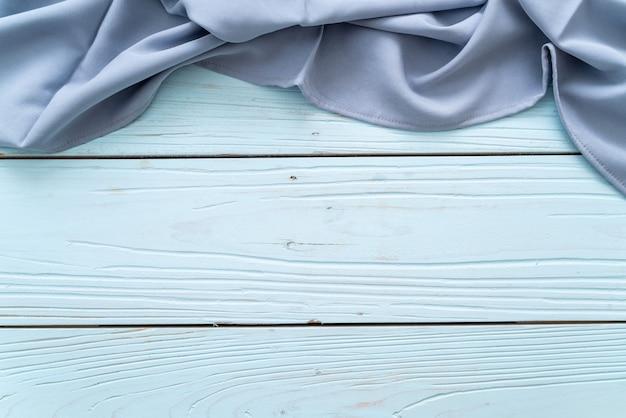 青い木製の背景にキッチンクロス(ナプキン)
