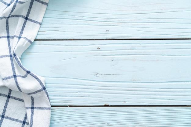 Кухонная ткань (салфетка) на синей деревянной стене