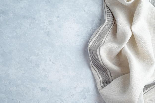 Салфетка из кухонной ткани на деревянном фоне