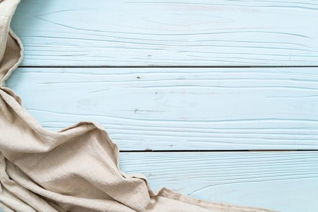Кухонная ткань на синей деревянной поверхности