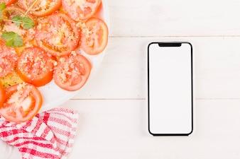 トマトプレートと携帯のキッチンデスク