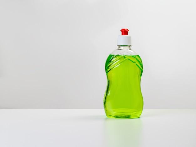 明るい背景の白いテーブルの上のキッチン洗剤。清潔さと清潔さの維持の概念。