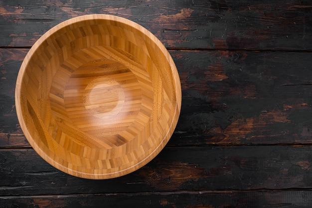 텍스트나 음식을 위한 복사 공간이 있는 샐러드용 주방 빈 나무 그릇, 오래된 어두운 나무 테이블 배경 위에 있는 평면도