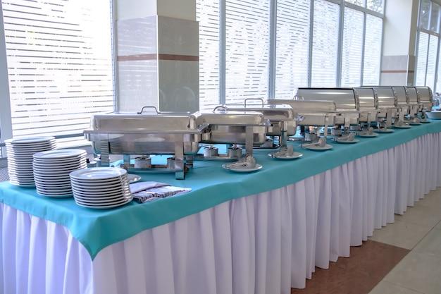 미식가 연회 또는 기타 서비스 행사를 위한 테이블 위의 주방 장비