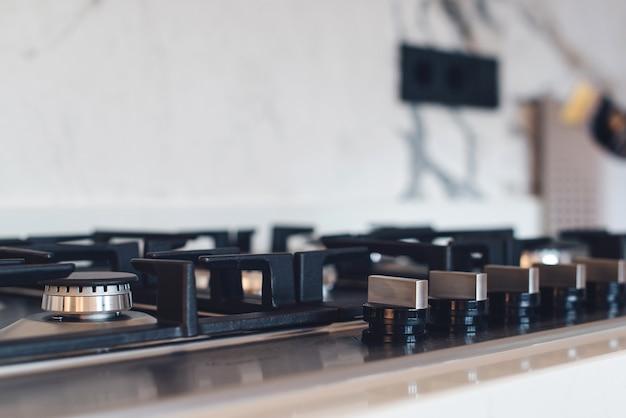 キッチンガスストーブ、クローズアップ。モダンなキッチンの新しいガスストーブ器具とカウンタートップの表面。