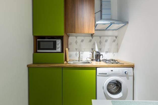 작은 아파트 녹색 부엌