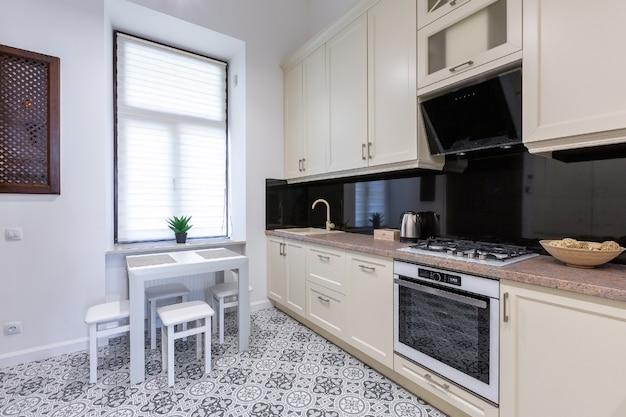 Кухня в современном столе, светлый цвет