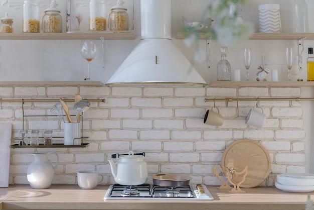 白い色調のキッチン