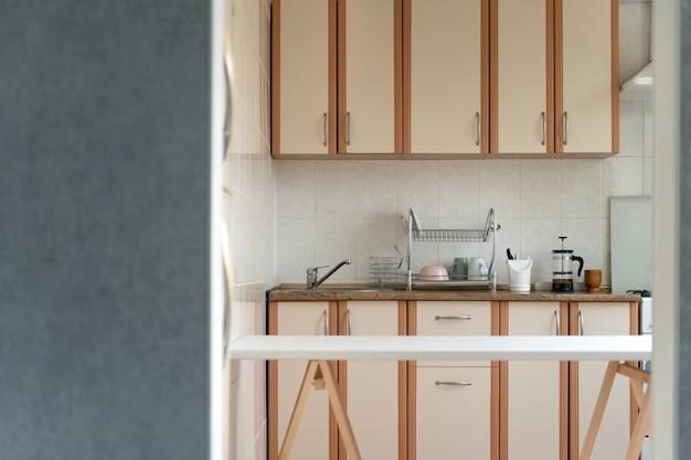 明るいパステルカラーのキッチンインテリア。モダンなキッチンデザイン。