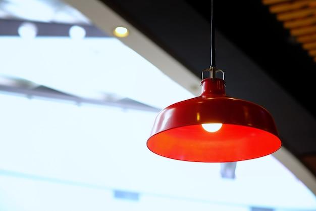 キッチンインテリアや金色の光の大きな赤いランプ付きのレストラン。ロフトスタイル、モダンレッドラ