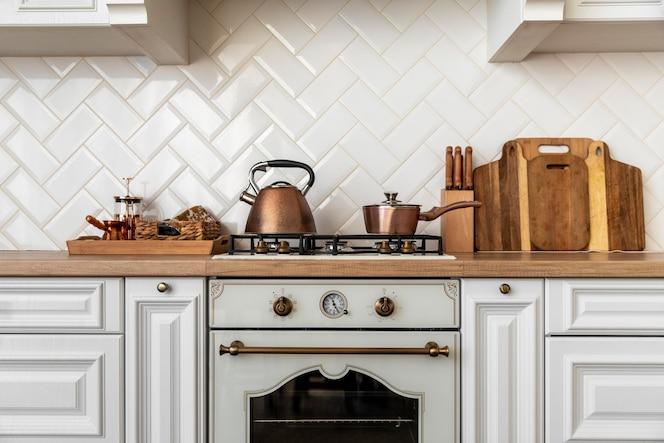 Интерьер кухни с золотой детализированной мебелью