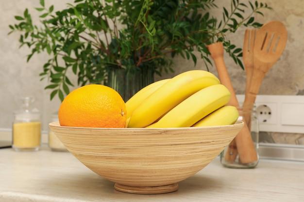 Интерьер кухни с принадлежностями, фруктами и растениями