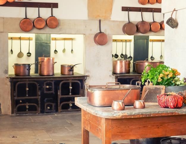 Интерьер кухни с винтажной посудой