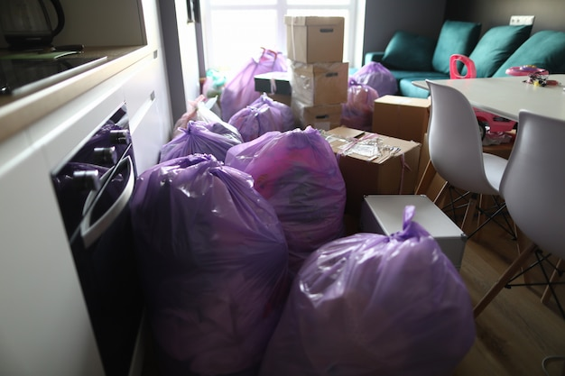 Кухня полна мусорных мешков и картонных коробок