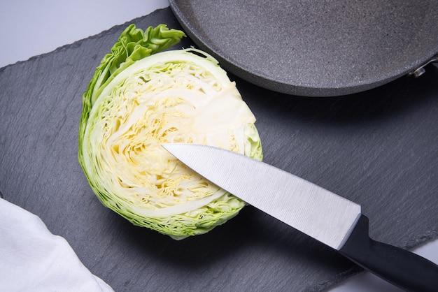 Кухонный нож с пластиковой ручкой для резки капусты