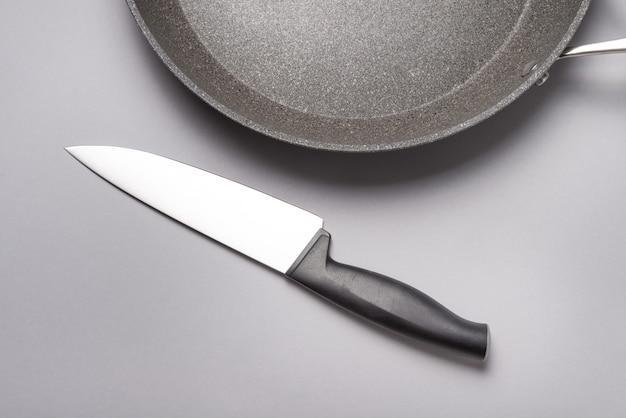Кухонный нож с пластиковой ручкой на столе.