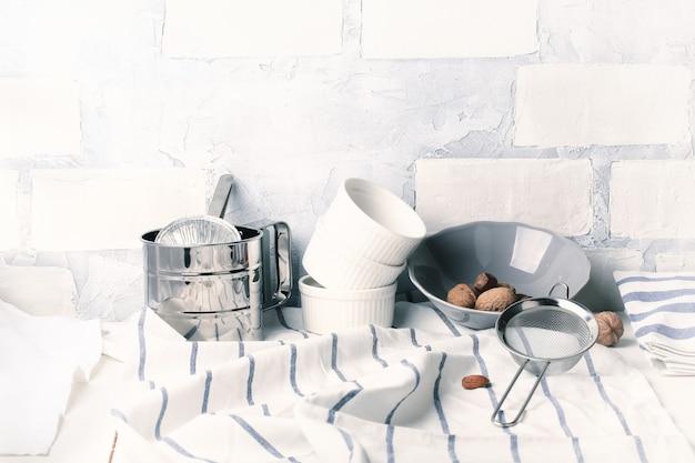 Кухня светлый фон кирпичная кладка белый стиль жизни посуда