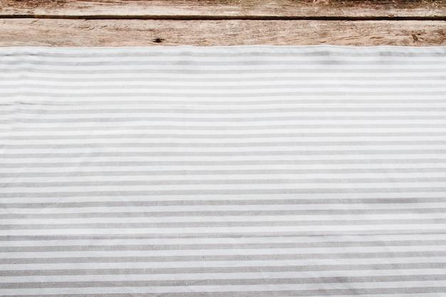 木製テーブルの上のキッチンナプキン