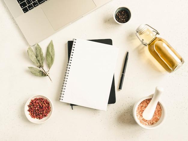 Кухонный блокнот макет для кулинарного текста, ноутбук, масло в бутылке и специй