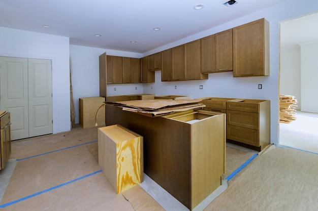 Кухня реконструирует красивую кухонную мебель в шкафу.