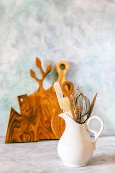 さまざまなハーブ、スパイス、種子が付いている台所棚