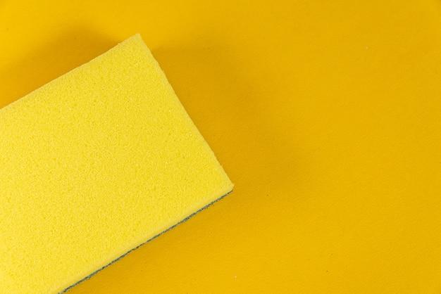 黄色の背景にキッチンスポンジ