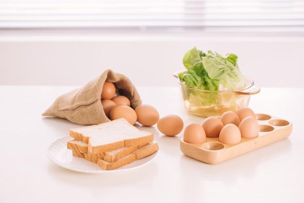キッチンの静物。サックバッグに入った新鮮な卵。