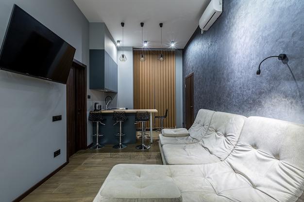 어두운 색상의 로프트 스타일의 주방 스튜디오