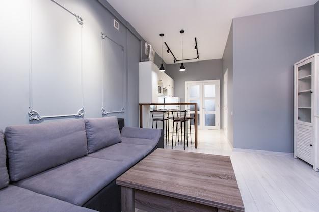 화이트 색상의 로프트 스타일의 거실이있는 주방 스튜디오
