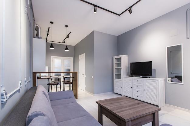 Кухня-студия с гостиной в стиле лофт, в белых тонах