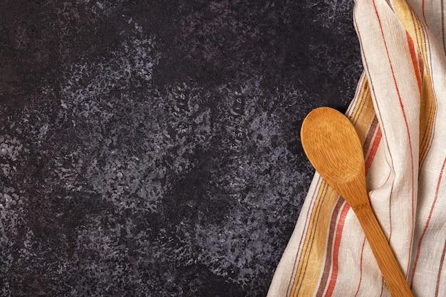 キッチン表面にタオルと調理器具