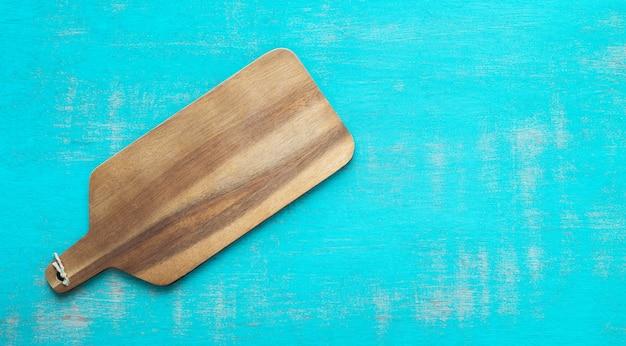 青色の背景にキッチンテーブル。コピースペース。