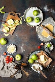 사과, 밀가루, 버터, 딸기, 레몬이 담긴 식탁