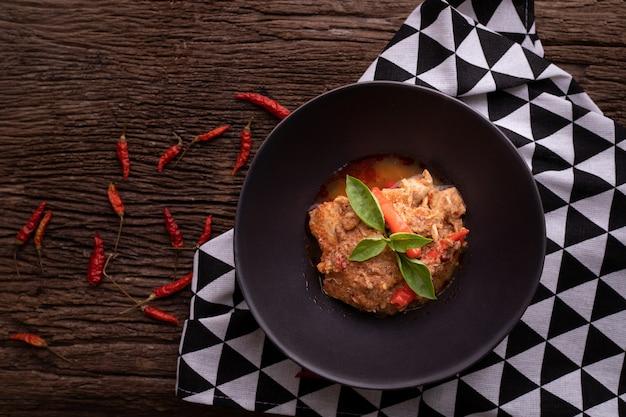ポークパナンカレー、スパイシーな伝統的なタイ料理の台所のテーブル。