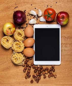 부엌. 태블릿과 음식