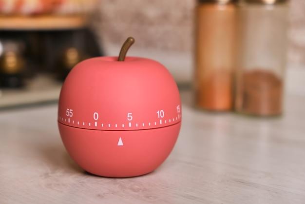 사과 모양의 주방 타이머가 주방 카운터 위에 서 있습니다.